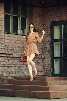 Giovane donna allegra che esce dall'edificio
