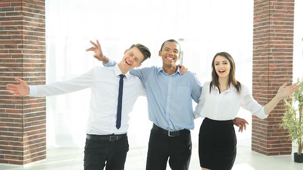 Team aziendale incoraggiante sullo sfondo dell'ufficio.il concetto di vittoria
