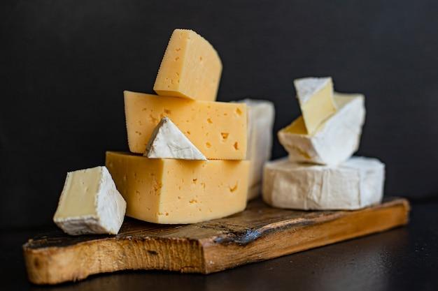 Assortimento di formaggi di diversi tipi di formaggi a pasta dura e morbida