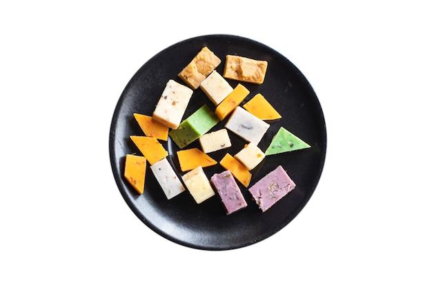 Assortimento formaggi variazione formaggi stagionati basilico lavanda fieno greco peperoncino latte al forno curcuma carota