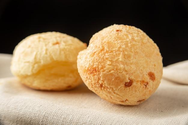 Pane al formaggio dal brasile, disposizione con pane al formaggio su tessuto