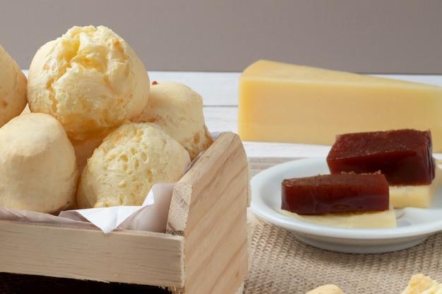 Pane al formaggio pao de queijo servito con guava e formaggio