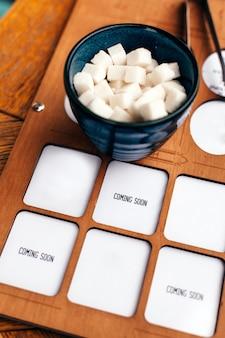 Cubetti di formaggio sulla ciotola