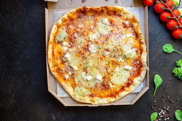 Pizza al formaggio quattro tipi di formaggi e diverse varietà di salsa di pomodoro fresca