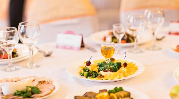 Piatto di formaggio sulla tavola festiva