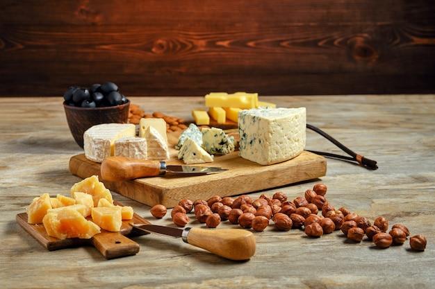 Piatto di formaggi e altri snack per il vino