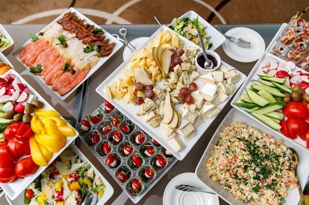 Piatto di formaggi con altri snack su un tavolo da banchetto