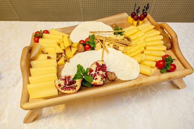 Piatto di formaggi con varietà di antipasti sul tavolo durante il catering per eventi