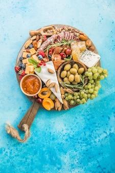 Piatto di formaggi assortimento di gustosi antipasti o antipasti vista dall'alto
