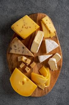 Piatto di formaggi su tavola di legno. sfondo di formaggio. avvicinamento.