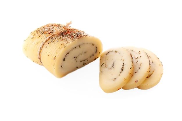 Rotolo di formaggio con erbe provenzali fasciato con flagello tre fette di formaggio vengono tagliate nelle vicinanze
