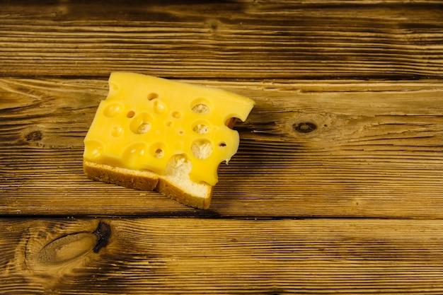 Panino al formaggio su tavola di legno