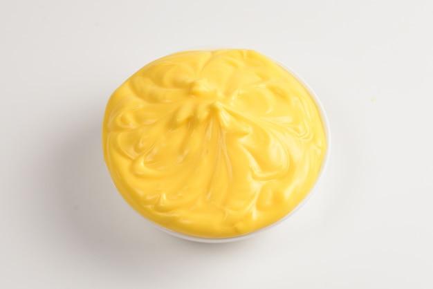 Salsa di formaggio in zolla bianca su priorità bassa bianca.