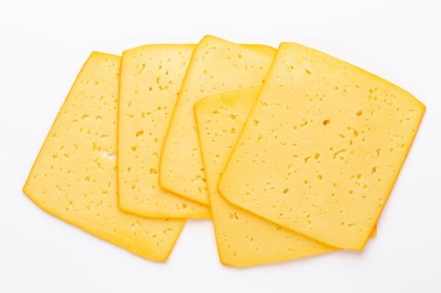 Fetta di formaggio su sfondo bianco.