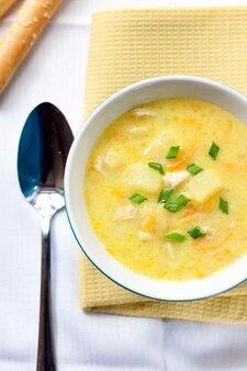 Zuppa di formaggio con pollo, patate e curcuma. vista dall'alto