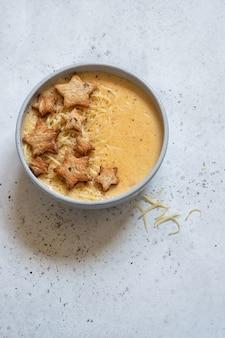 Zuppa di formaggio con crostini di stelle