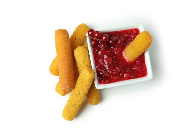 Bastoncini di formaggio e salsa di mirtilli rossi isolati su sfondo bianco