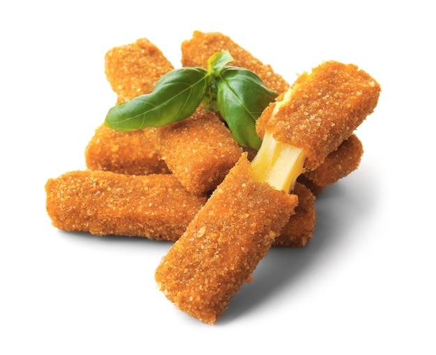 Bastoncini di formaggio su bianco