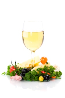 Formaggio e vino bianco su bianco