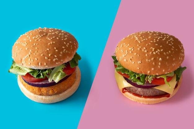 Cheeseburger e hamburger di ceci su sfondo blu e rosa