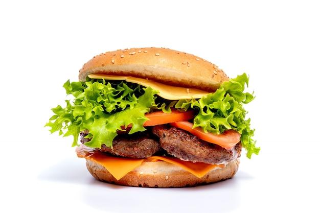 Cheeseburger o hamberger su uno sfondo bianco. fast food