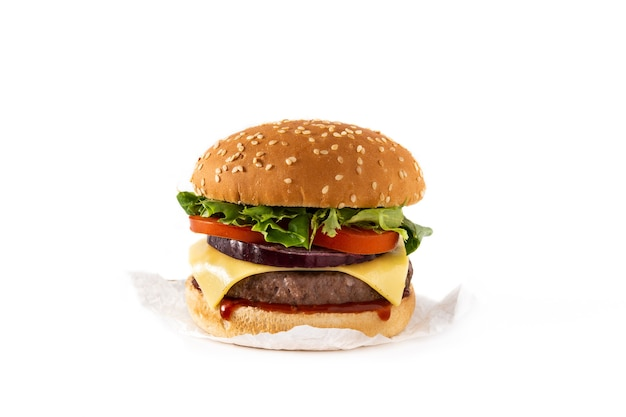 Cheeseburger con carne di manzo, pomodoro, lattuga e cipolla isolato su sfondo bianco