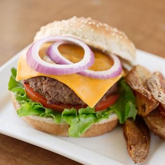 Cheeseburger con cipolla, lattuga e pomodoro