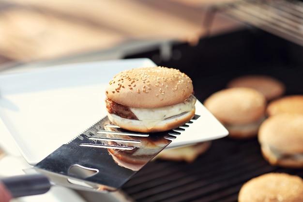 Cheeseburger alla griglia in estate