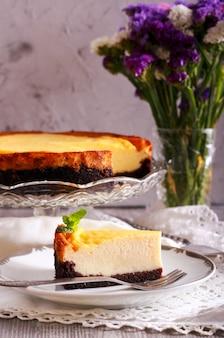 Cheesecake su base di cioccolato, a fette su piatto