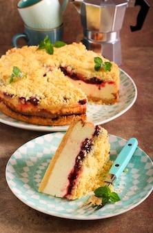 Cheesecake con strato di ciliegie e copertura sbriciolata