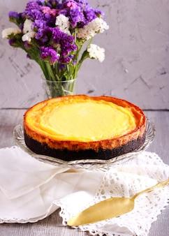 Cheesecake con base di cioccolato, su piatto d'appoggio