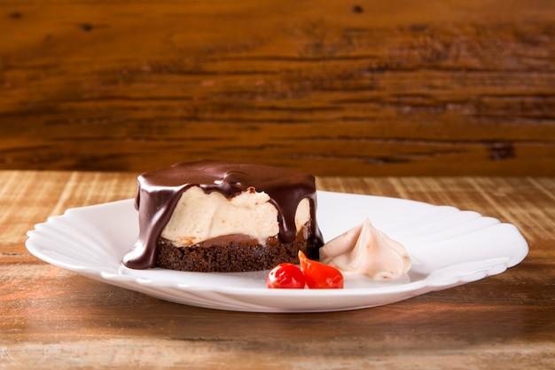 Cheesecake con salsa al cioccolato e pepe