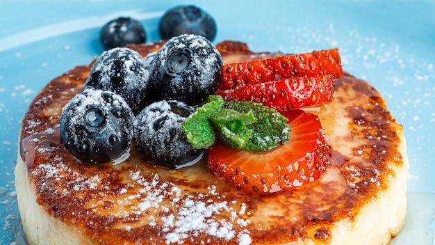 Cheesecake con sfondo di frutta. foto di alta qualità