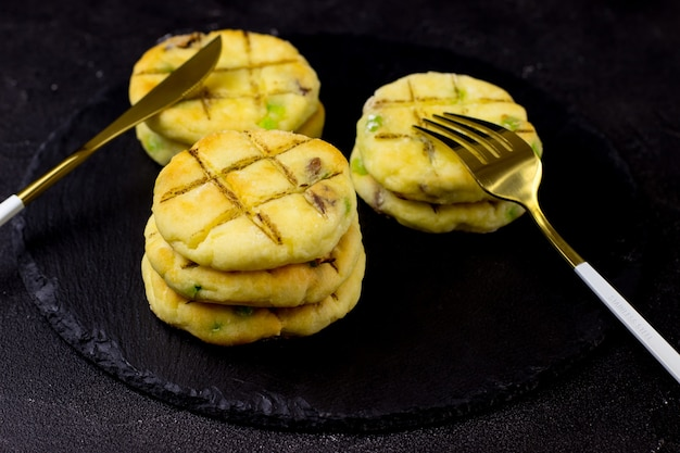 Cheesecake su un piatto di ardesia su sfondo nero