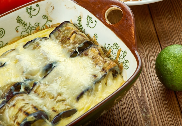 Sformato di melanzane al formaggio con formaggio, ripieno di melanzane fresche, spinaci e pomodorini al forno