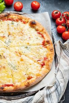 Pizza di formaggio fast food 4 tipi di formaggio assortiti sfondo alimentare