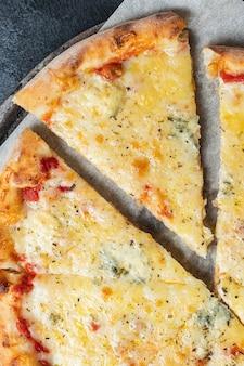 Pizza di formaggio diversi tipi di formaggio fast food e altri ingredienti porzione