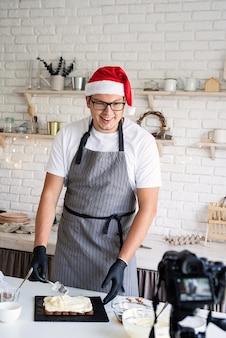 Chef blogger che registra video per blog chef che cucina dessert che fa video per vlog