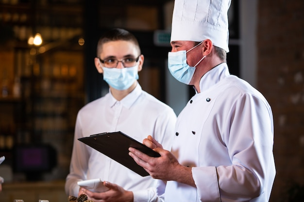 Lo chef conduce un briefing dei dipendenti del ristorante