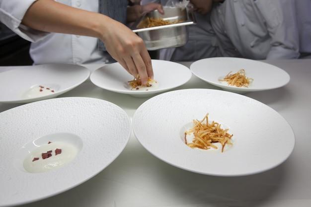 Chef cucina cibo per la cena nella cucina del ristorante.