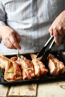Chef di cucina gustose costolette di maiale