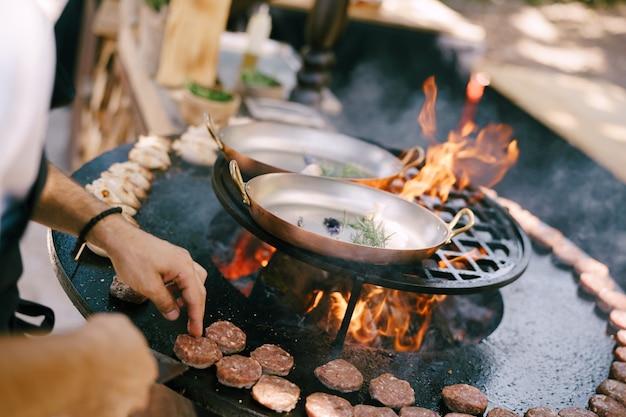 Lo chef griglia polpette per mini hamburger alla griglia on