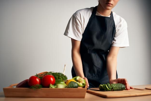 Chef in cucina che taglia verdure vitamine lavori domestici
