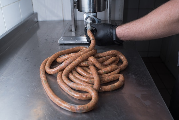 Lo chef prepara salsicce di maiale tritate cibo naturale in un pub