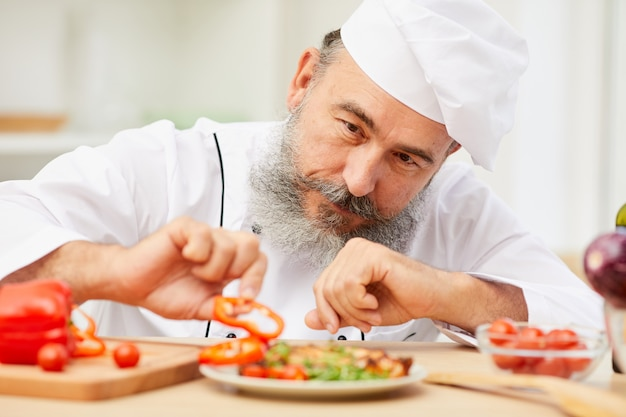 Chef plating dish nel ristorante