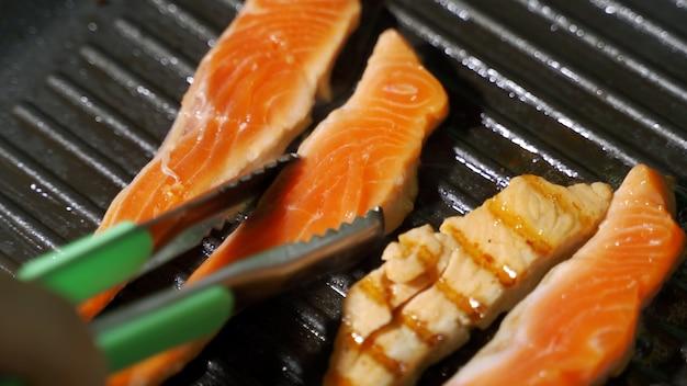 Lo chef prepara un delizioso piatto di salmone