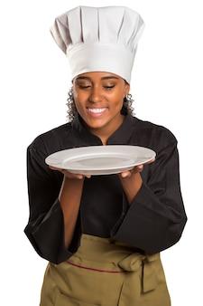 Chef mostrando piatto vuoto. cuoco o cuoco unico della donna che serve sorridere felice del piatto vuoto isolato su spazio bianco.