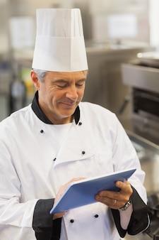 Cuoco unico che tocca la sua tavoletta digitale