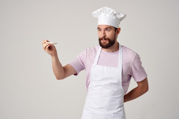 Chef in uniforme da cucina cucina lavoro