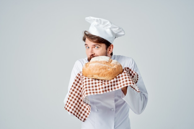 Chef con il pane in mano emozioni professionali